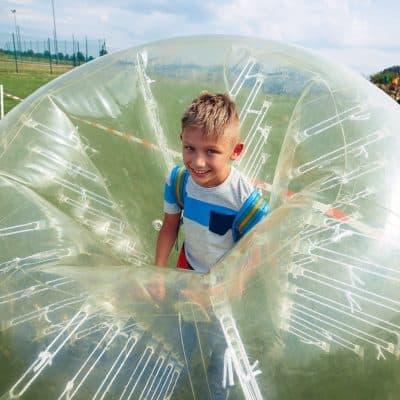 dziecko w bumper ball